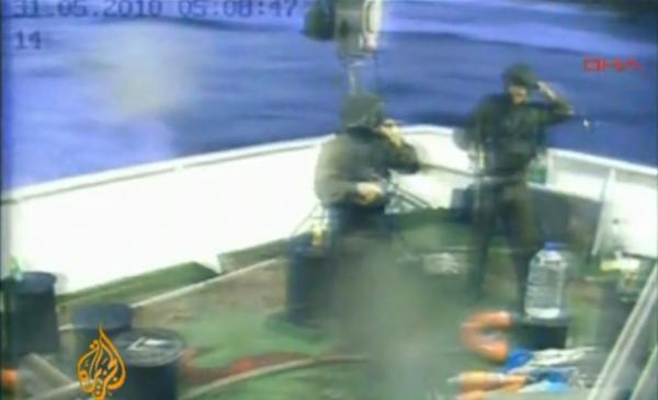 Comandos israelíes asaltaron el buque Mavi Marmara asesinando a nueve civiles turcos, un turco estadounidense e hiriendo a decenas de civiles.