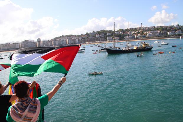Paso por Donostia del velero Estelle en su travesía desde Suecia hasta Gaza. Fue asaltado en aguas internacionales por la armada israelí.