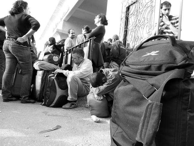 Debido a los cierres intermitentes de la frontera de Rafah, la gente se acumula y espera a las puertas de Gaza. Imagen de archivo.