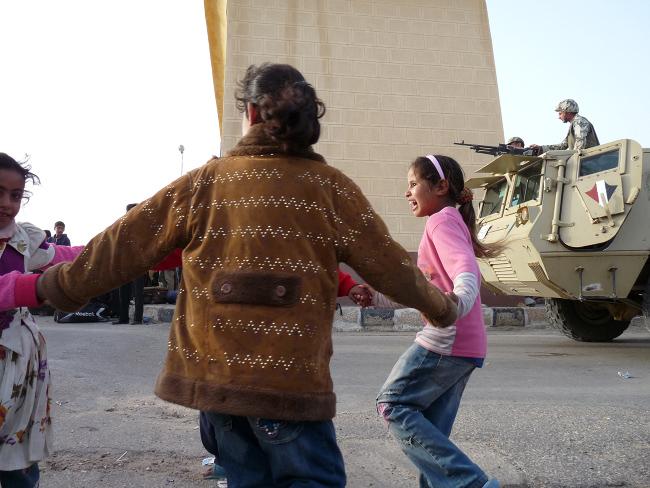 Niñas jugando en el paso de Rafah. Imagen de archivo de un cierre anterior.
