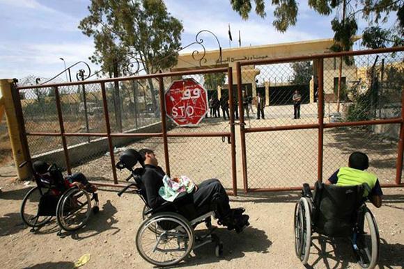 No se permite cruzar la frontera ni siquiera a discapacitados o estudiantes. La prohibición de salir de Gaza se extiende casi a diario a toda la población. Se esperan aperturas esporádicas de cuatro horas que no pondrán solución a las interminables colas.