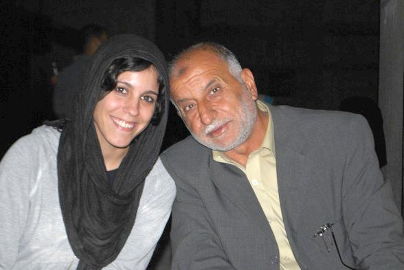 Abu Jamal Abu Taima (a la derecha) posa junto a una activista internacional. (Foto de Charlie Andreasson)