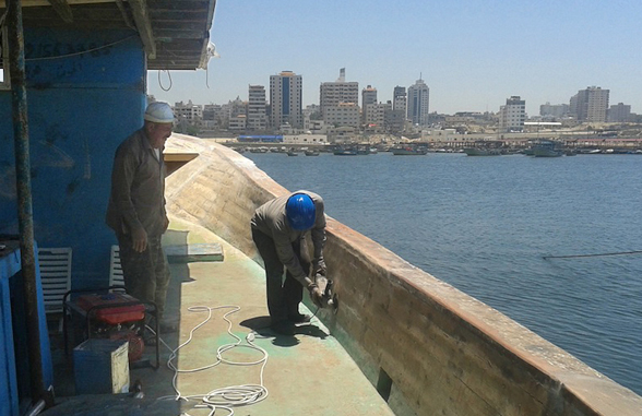 El 'Arca de Gaza' se está reconstruyendo en el puerto de Gaza con personal palestino. Navegará hacia occidente con productos palestinos reclamando el derecho a la libre navegación y el libre comercio.