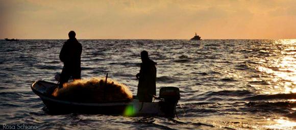 Los pescadores palestinos de Gaza viven bajo la constante amenaza de la armada israelí, que les ataca, confisca barcos e incluso dispara matando e hiriendo