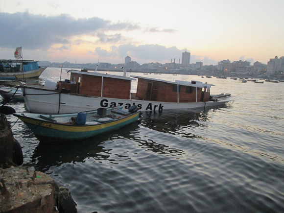 El Arca de Gaza se escoró tras la explosión. Ahora la quilla está posada en el fondo del Puerto de Gaza.