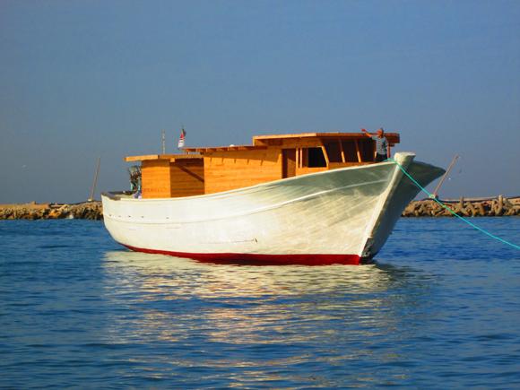El Arca de Gaza está terminando de ser acondicionado en el Puerto de Gaza. En breve recibirá los productos palestinos que se exportarán hacia occidente reclamando el derecho a la navegación y el mercado libre. Multitud de compradores y compradoras solidarios en todo el mundo han participado en la financiación del barco y los productos.
