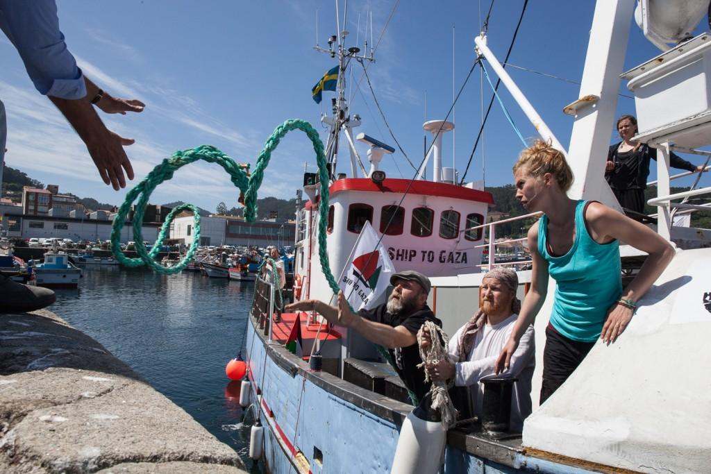 Medio centenar de personas recibe el 'Marianne' en el puerto de Bueu (Galicia)