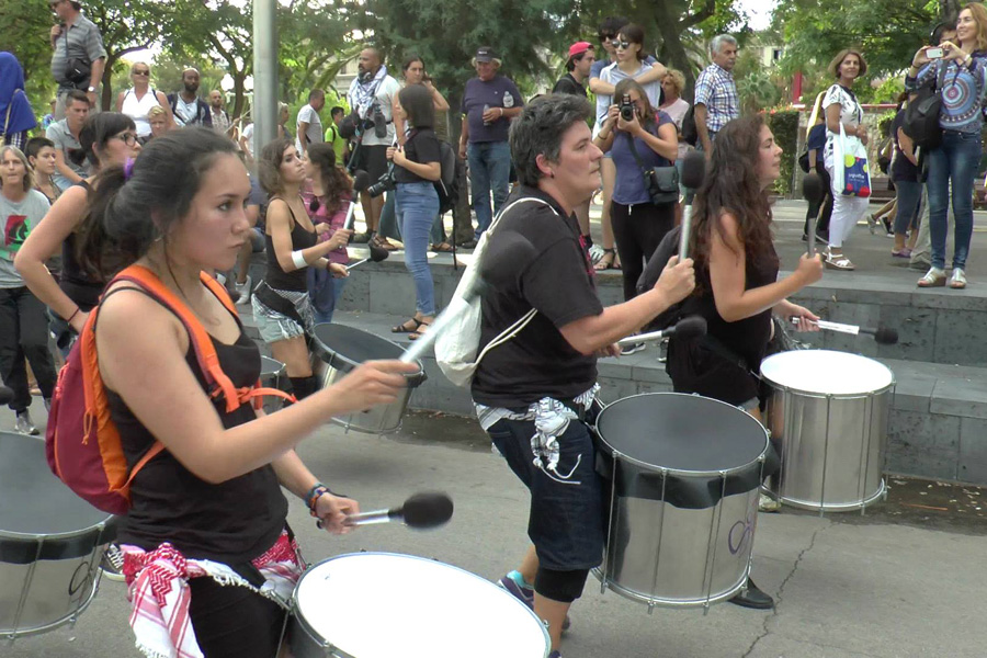 Batucada en la fiesta de despedida de Mujeres Rumbo a Gaza, Barcelona. (Yudit Ilany)