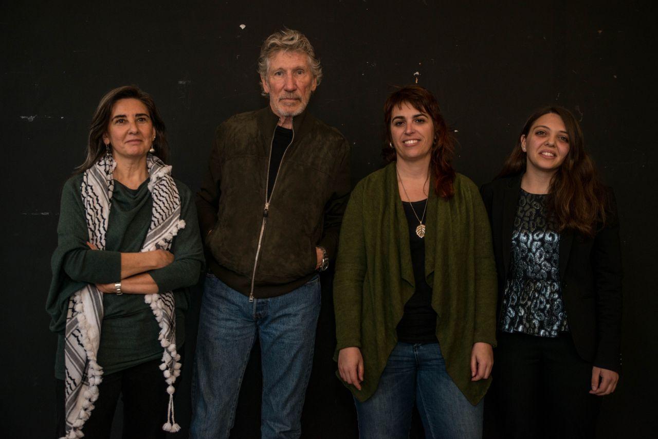 Roger Waters con Laura Arau y Rania Muhareb a su izquierda y Sandra Barrilaro su derecha, antes del acto.